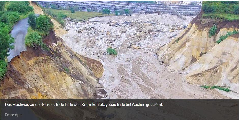 Das Hochwasser des Flusses Inde ist in den Braunkohletagebau Inde bei Aachen geströmt.